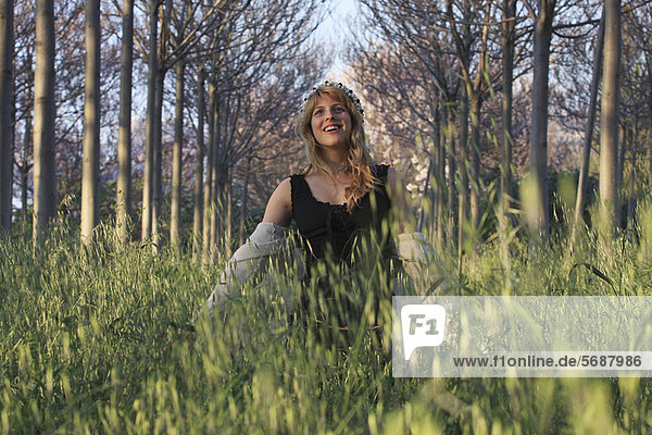 Frau geht im hohen Gras spazieren
