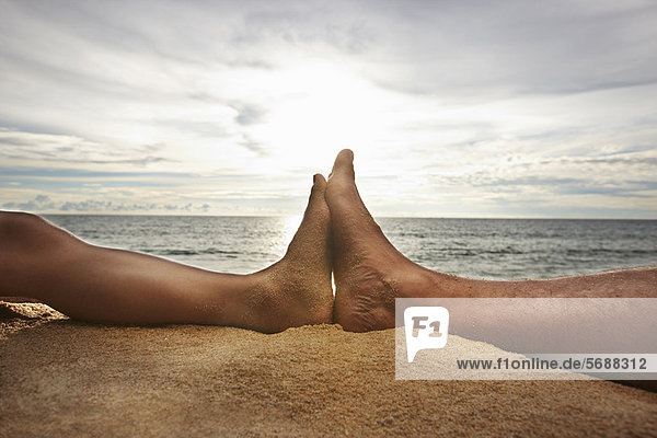 Nahaufnahme von Fußberührungen am Strand