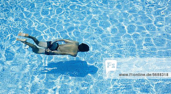 Mann schwimmt im Pool