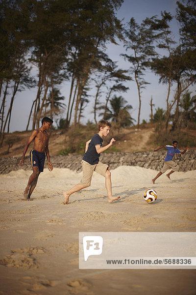 Strand  Junge - Person  Sand  Fußball  spielen
