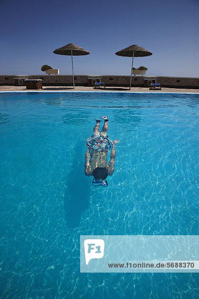 Jugendlicher Junge - Person schwimmen