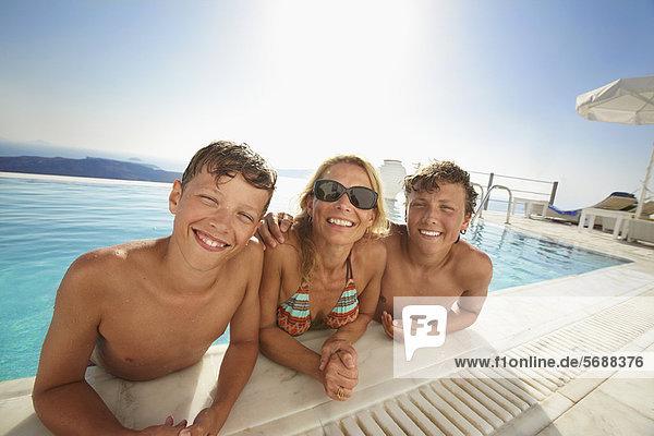 Familie lächelt im Schwimmbad