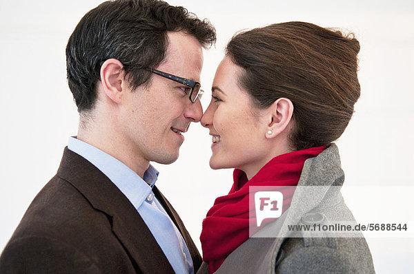 Lächelndes Paar berührt die Nase