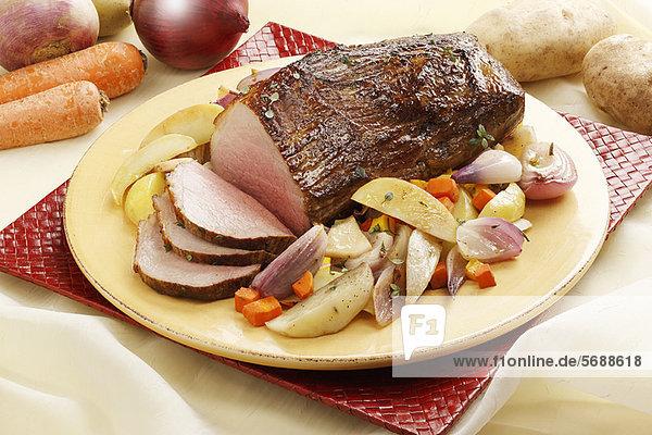 Nahaufnahme von Roastbeef und Gemüse
