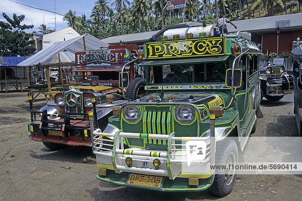 Jeepneys  alte Jeeps  die von US-Amerikanern nach ihrem Abzug von den Philippinen zurückgelassen wurden  Puerto Galera  Mindoro  Philippinen  Asien