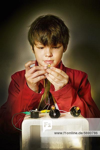 Junge mit Elektrobaukasten