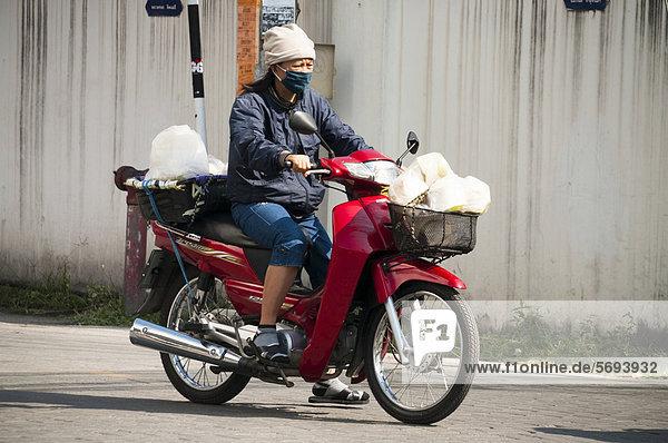 Frau auf dem Motorrad  Chiang Mai  Nordthailand  Thailand  Asien