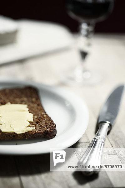 Schwarzbrot mit Butter auf einem Teller