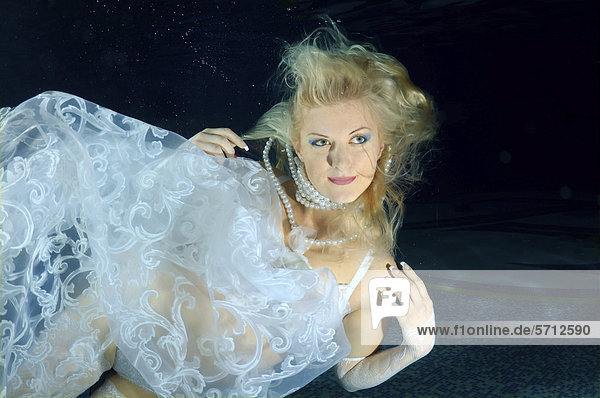 Unterwasser-Model, präsentiert Mode in einem Pool, Odessa