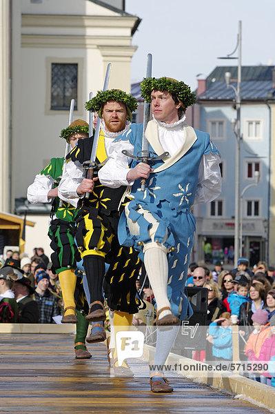 Schwertertanz am Stadtplatz  Georgiritt  Traunstein  Oberbayern  Bayern  Deutschland  Europa