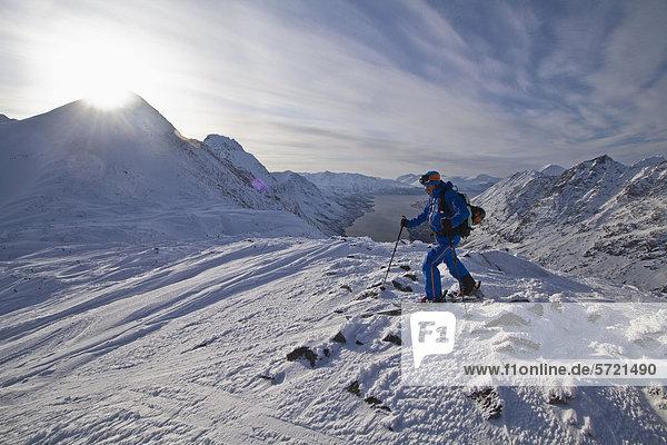 Norwegen  Skiwandern im Schnee mit Stock