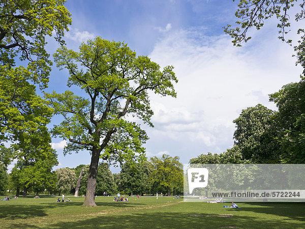 Deutschland  Bayern  München  Menschen im Hirschgarten