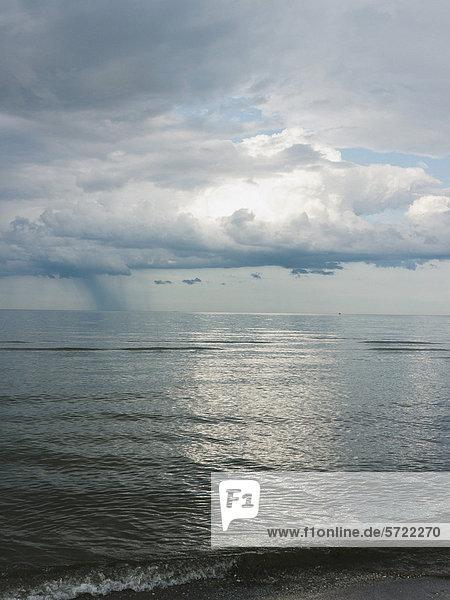 Deutschland  Blick auf den bewölkten Himmel über der Ostsee auf der Insel Rugen