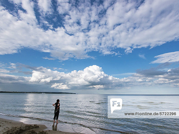 Deutschland  Frau schaut auf die Ostsee