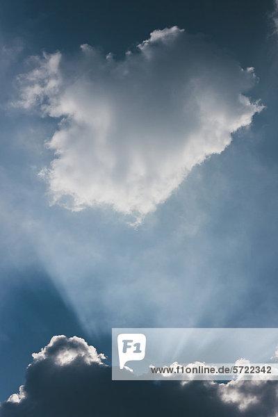 Deutschland  Sonnenstrahl durch Wolkenlandschaft