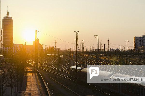 Deutschland  Bayern  München  Hauptbahnhof bei Sonnenuntergang