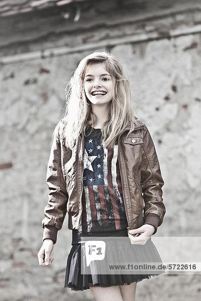 Mädchen schaut weg  lächelnd