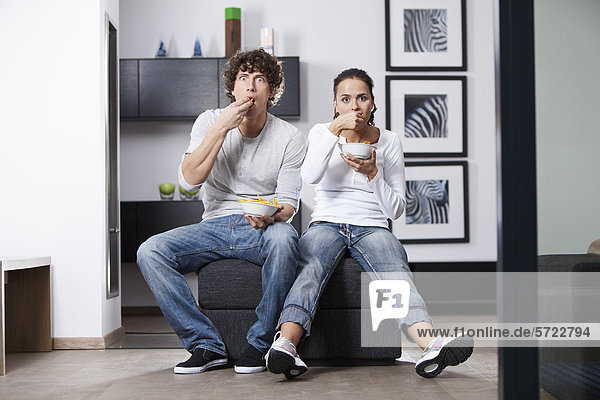Deutschland  Bayern  Junges Paar beim Fernsehen