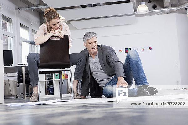 Mann erklärt Frau im Amt den Plan