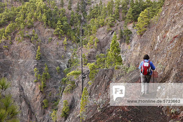 Spanien  Reife Frau beim Wandern im Nationalpark Caldera de Taburiente