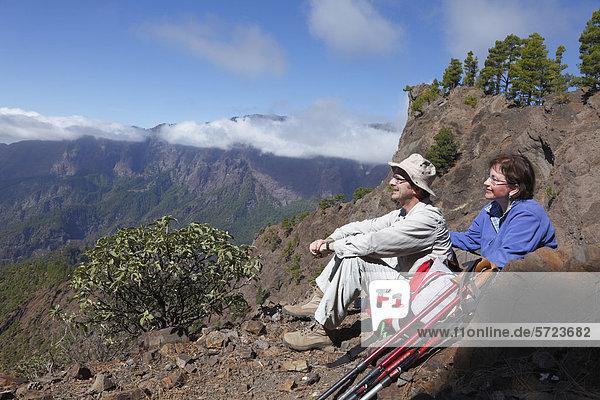 Spanien  Kanarische Inseln  La Palma  Mann und Frau mit Blick auf die Aussicht