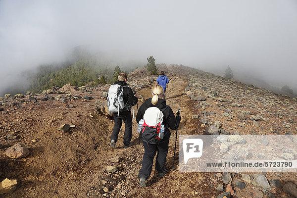 Spanien  La Palma  Wanderer auf der Ruta de los Volcanes