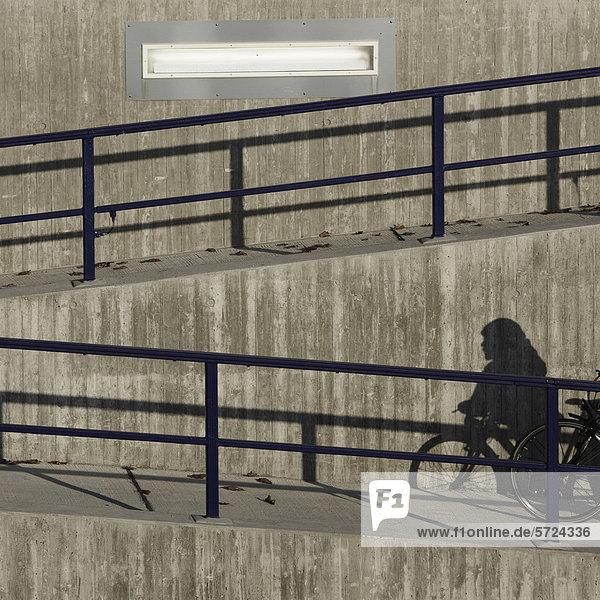 Frankfurt  Blick auf die Betonmauer am Frankfurter Flughafen