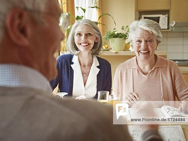 Männer und Frauen  die im Pflegeheim sitzen