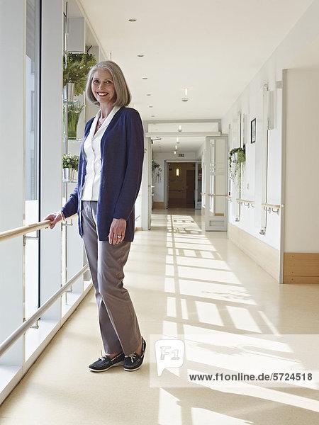 Seniorin am Flur im Pflegeheim  Porträt