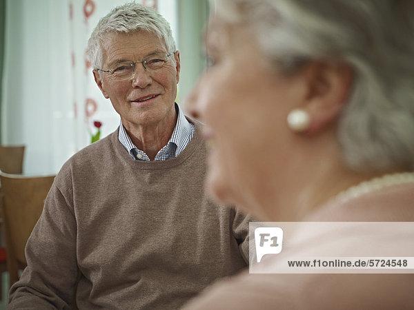 Deutschland  Köln  Seniorenpaar im Pflegeheim  lächelnd