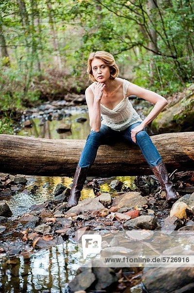 sitzend  blond  Frau  Wald  weiß  hoch  oben  blau  Jeans  Kleidung  alt  Jahr