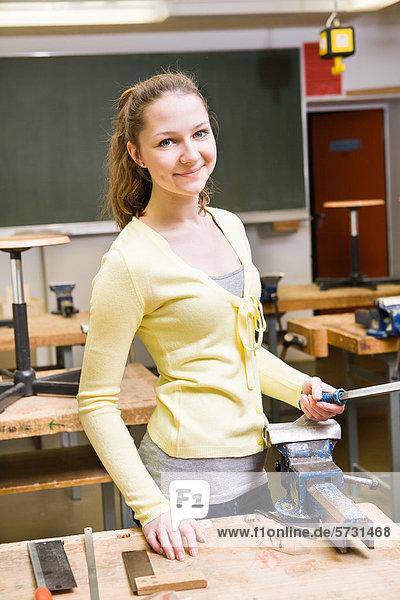 Teenagerin  Schülerin im Klassenzimmer