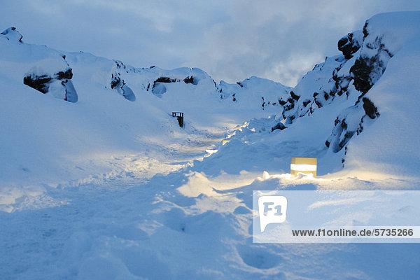 Beleuchteter Schneepfad in der Nähe des Blue Lagoon Geothermal Spa  Island