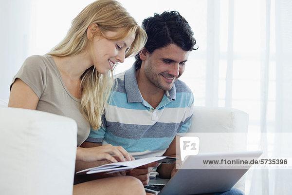 Paare online einkaufen mit Laptop-Computer