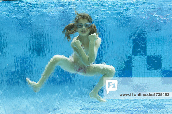 MäDchen Nackt Im Schwimmbad