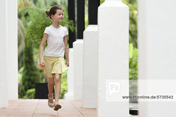 Mädchen beim Laufen im Freien