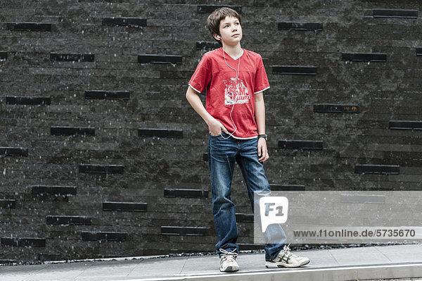 Junge hört Musik mit Kopfhörer  Portrait