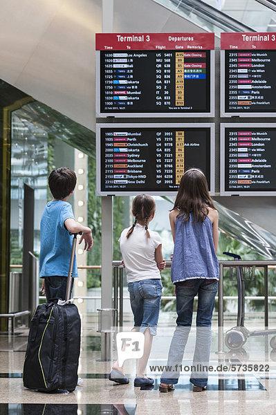 Kinder bei Ankunft Abfahrtstafel  Rückansicht
