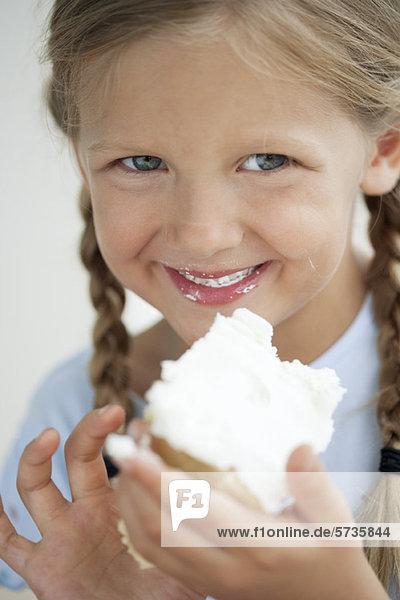 Mädchen essen Kuchen  Portrait