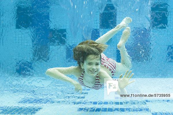 Mädchen schwimmen unter Wasser im Schwimmbad FAA077000724