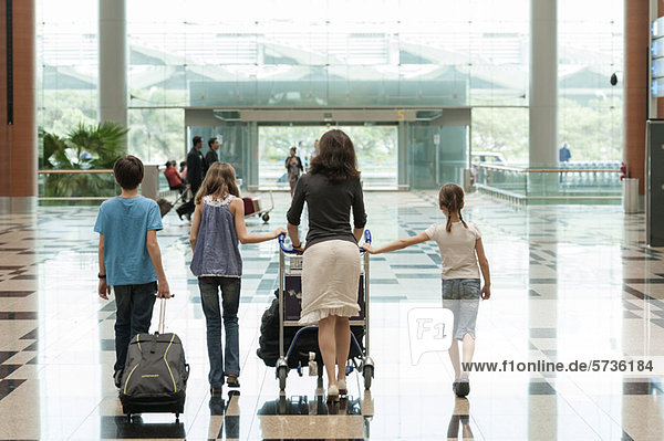 Familien-Gepäckwagen im Flughafen  Rückansicht