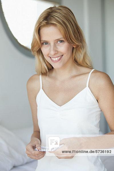 Junge Frau mit Antibabypille  Portrait