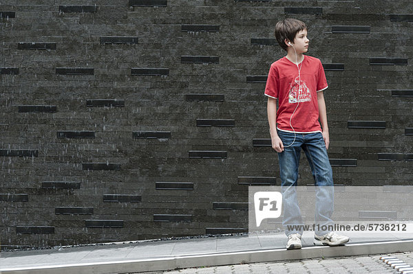 Junge hört Musik mit Kopfhörern