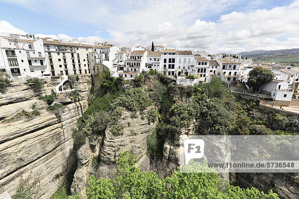 Aussicht von der Puente Nuevo Brücke  El Tajo-Schlucht  Ronda  Provinz Malaga  Andalusien  Spanien  Europa
