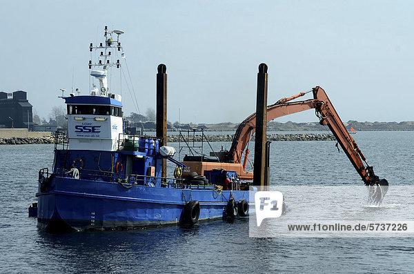 Boot mit Bagger bei der Arbeit  Ystad  SkÂne  Schweden  Europa