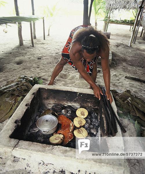 Malaysia  Frau in der Küche Essen zubereiten