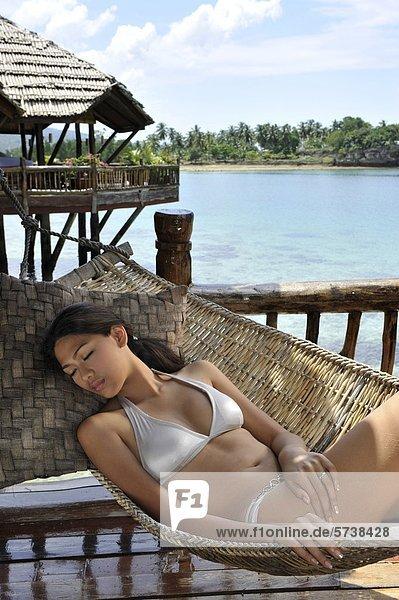 Philippinen  Davao  Insel Samar  Paerl Farm Resort  Frau in Hängematte ausruhen