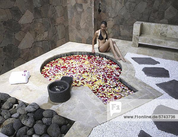 Frau mit Blumen Bad