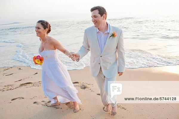 lachen  Braut  Strand