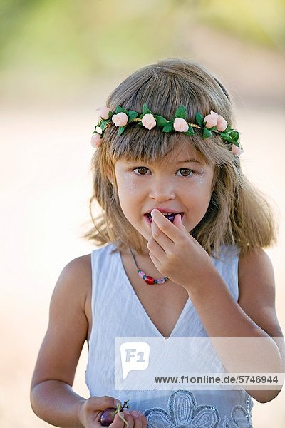 Ländliches Motiv  ländliche Motive  Frucht  essen  essend  isst  Mädchen